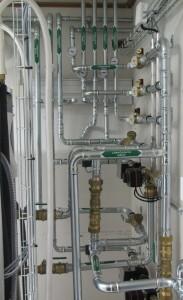 Hallin lämmitys-piirien kytkennät ilmavesilämpöpumppujen takana
