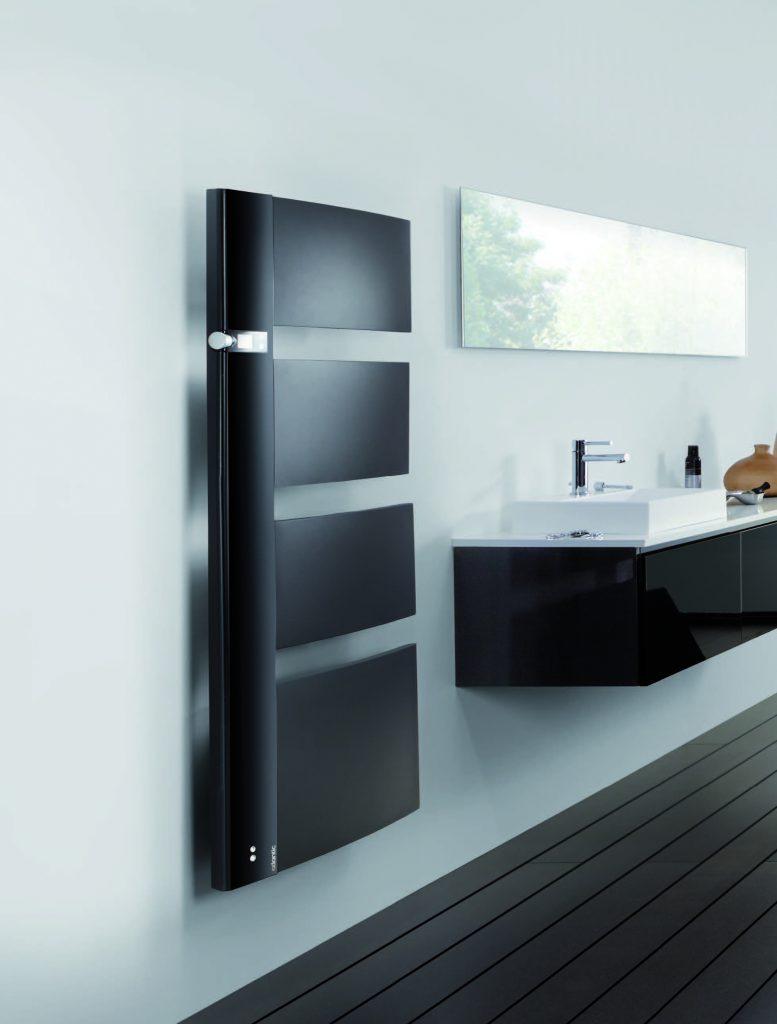Kylpyhuoneen patteri äänentoistolla ja led-valoilla